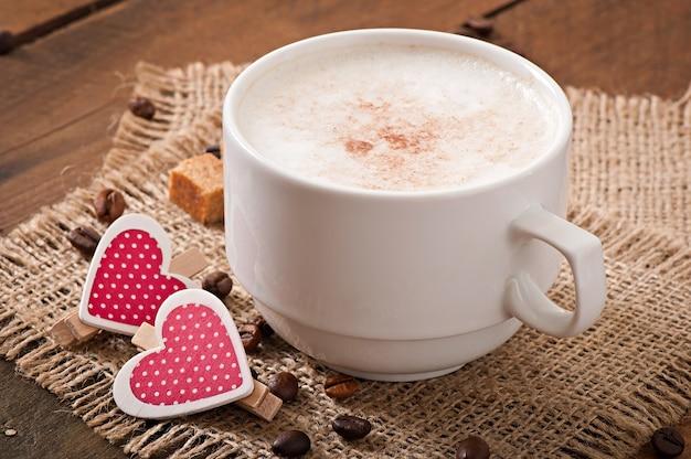 Kop van latte op de oude houten achtergrond