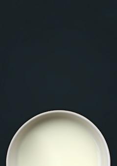 Kop van melk op bord met ruimte voor tekst