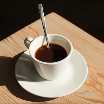 Kop van verse koffie op bureau in koffiewinkel