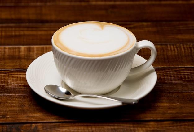 Kop warme cappuccino met schuim