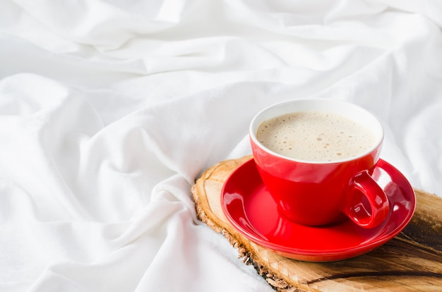 Kop warme cappuccino. ontbijt op bed.