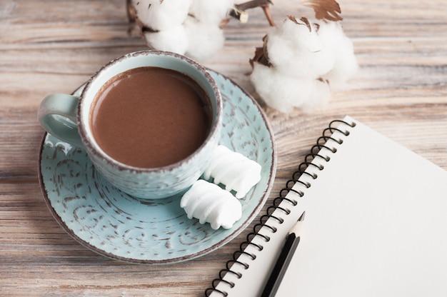 Kop warme chocolademelk en laptop
