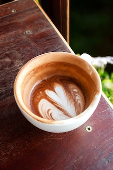 Kop warme chocolademelk en melkschuim. eet een kop op. drank en drank achtergrond.