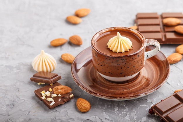 Kop warme chocolademelk met amandelen