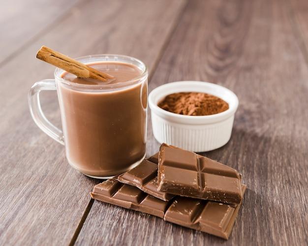 Kop warme chocolademelk met kaneelstokje