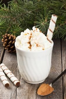 Kop warme chocolademelk met slagroom op donker