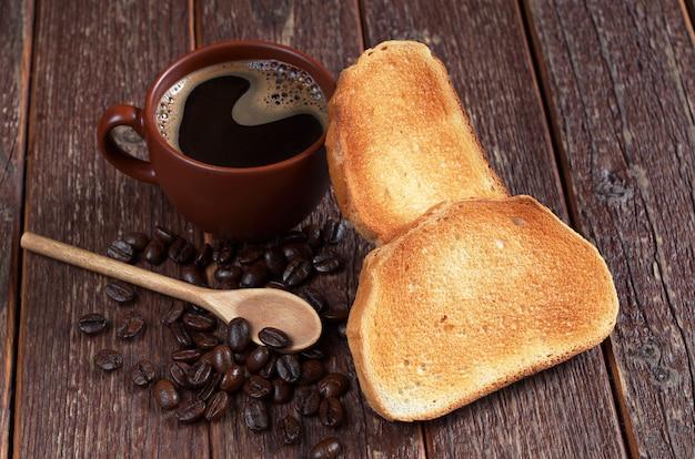 Kop warme koffie en geroosterd brood