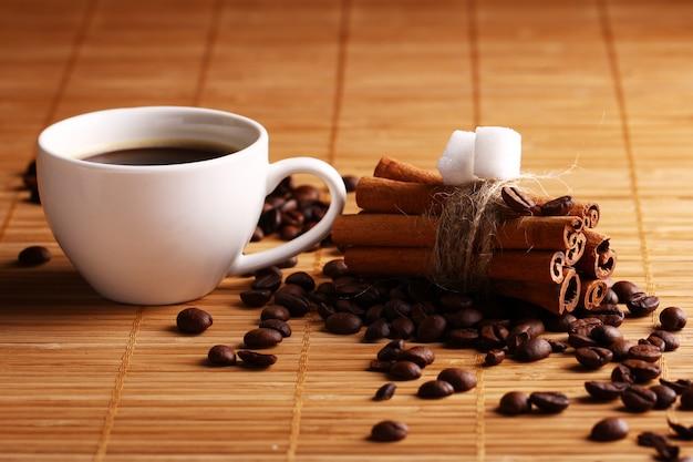 Kop warme koffie en kaneelstokjes