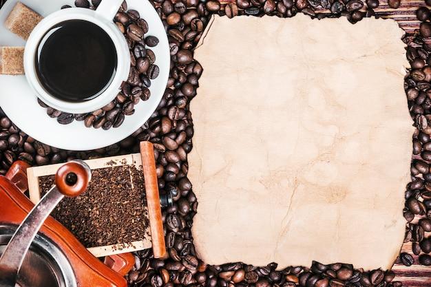 Kop warme koffie en koffiemolen