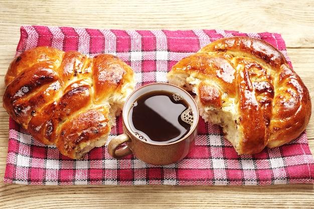 Kop warme koffie en zoet broodje