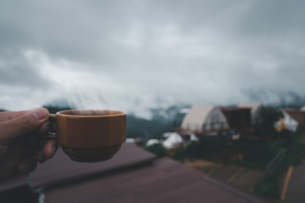 Kop warme koffie in de natuur