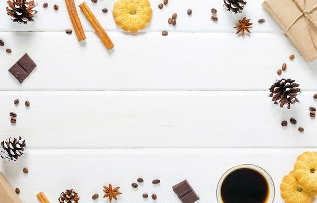 Kop warme koffie met gebak, nieuwe jaar packs en dennenappels