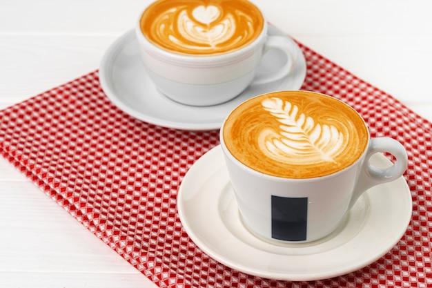 Kop warme koffie met kunst op schuim
