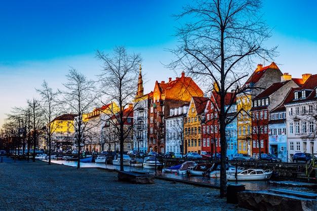 Kopenhagen, denemarken - 05 april 2020: kleurrijke gevels van oude huizen, christianshavn-kanaalbuurt