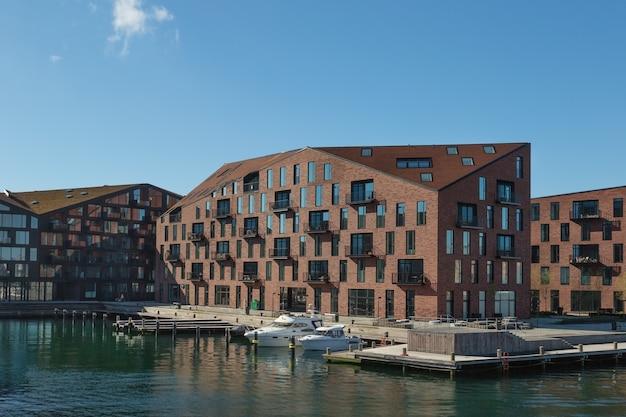 Kopenhagen denemarken april waterkant van christianshavn-district met boten en woongebouwen