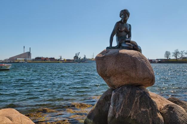 Kopenhagen, denemarken. monument van de kleine zeemeermin