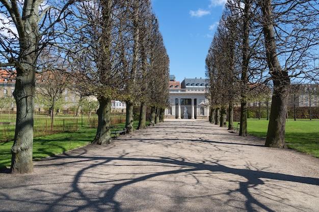 Kopenhagen denmark laan die leidt naar het hercules paviljoen in de koningen tuin bij kasteel rosenborg