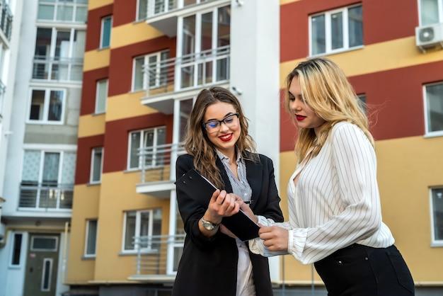 Koper en makelaar tekenen een overeenkomst om een appartement te kopen