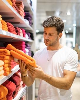 Koper kiezen handdoek in winkel