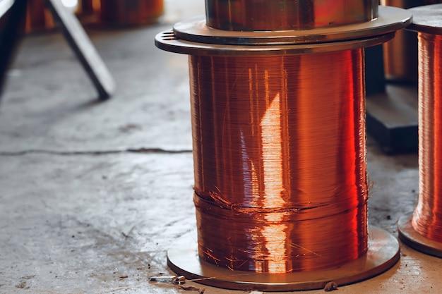 Koperdraadhaspels in kabelfabriek close-up foto