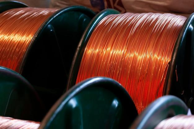 Koperdraadhaspels in kabelfabriek foto