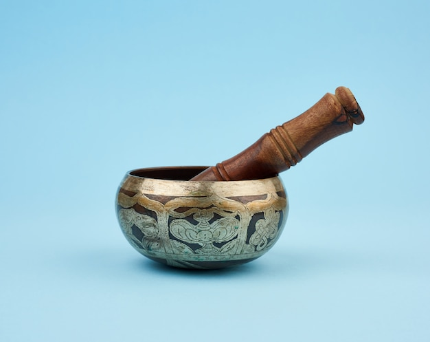 Koperen klankschaal en houten stok, een tibetaans muziekinstrument