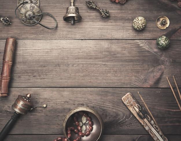 Koperen klankschaal, gebedskralen, gebedstrommel en andere tibetaanse religieuze voorwerpen voor meditatie en alternatieve geneeskunde