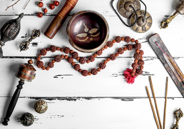 Koperen klankschaal, gebedskralen, gebedstrommel, stenen ballen en andere tibetaanse religieuze voorwerpen