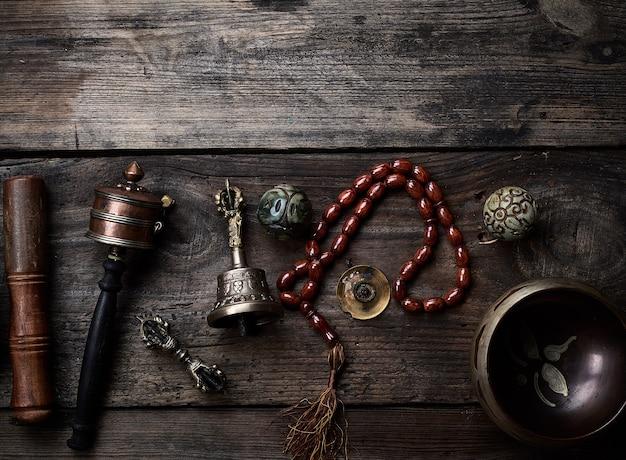 Koperen klankschaal, gebedskralen, gebedtrommel en andere tibetaanse religieuze voorwerpen