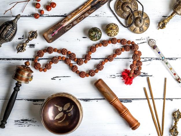 Koperen klankschaal, gebedskralen, gebedtrommel, stenen ballen