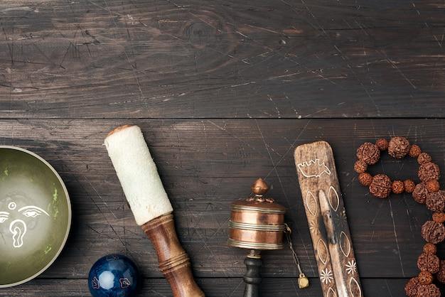 Koperen klankschaal, gebedssnoer, gebedstrommel en ander tibetaans
