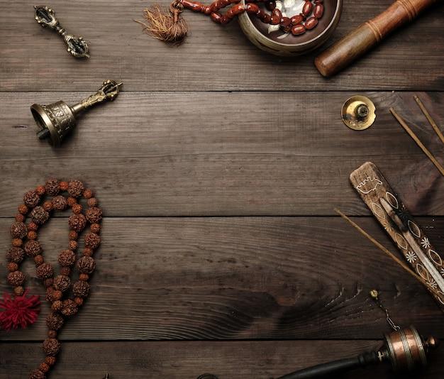 Koperen klankschaal, gebedssnoer, gebedstrommel en andere tibetaanse religieuze voorwerpen