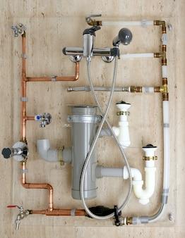 Koperen sanitair installatie en polyethyleen pvc