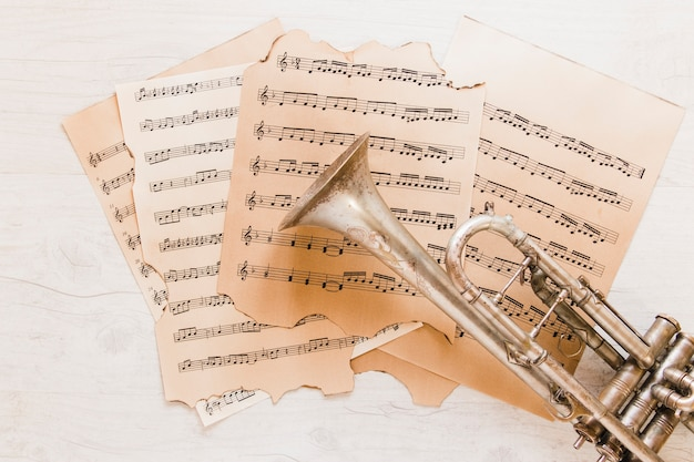 Kopertrompet op bladmuziek