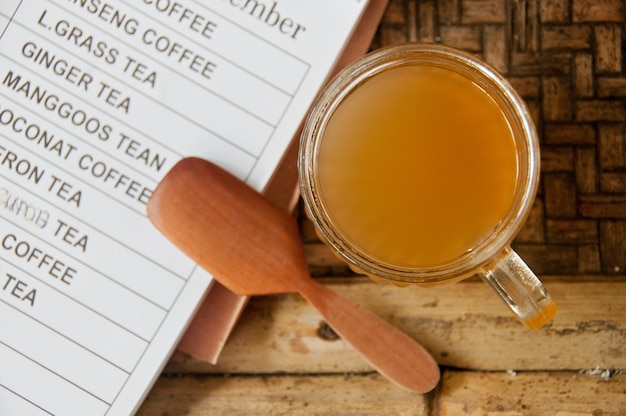 Kopi luwak bali beroemde organische palm civet koffie met houten lepel en menu