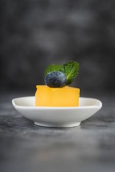 Kopie-ruimte bord met dessert