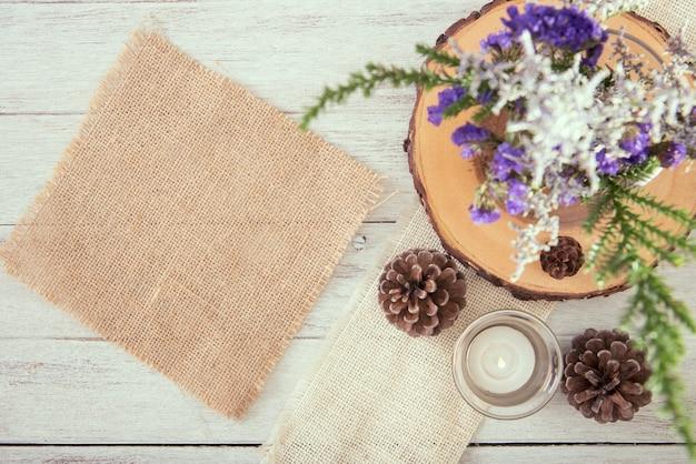 Kopie ruimte rouw en bloem decoratie op houten tafelblad bekijken
