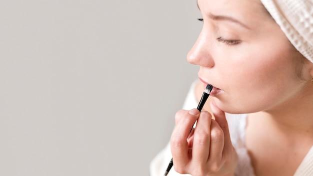 Kopie-ruimte vrouw met lippenstift