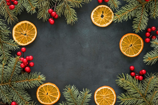 Kopieer de ruimte dennennaalden en maretak en citroen