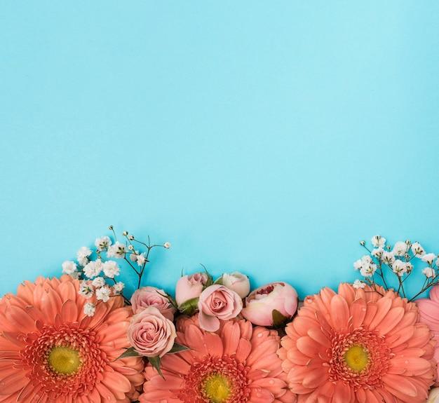 Kopieer de ruimte lente gerbera bloemen