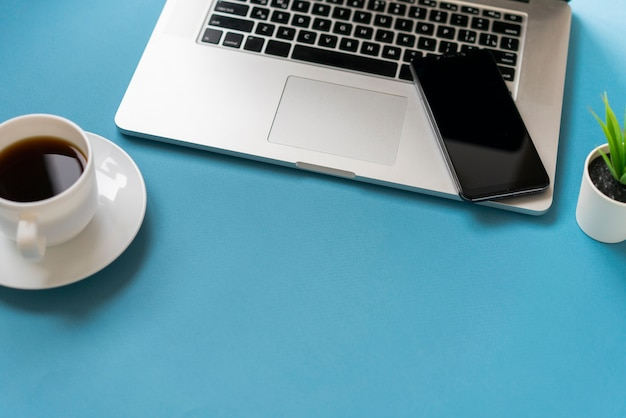 Kopieer de ruimte met laptop en koffie