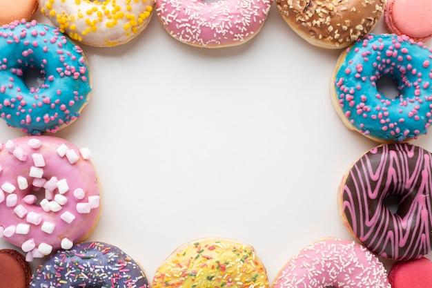 Kopieer de ruimte omringd door donuts
