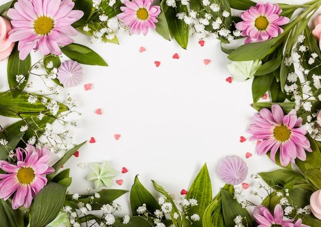 Kopieer de ruimte omringd door roze bloemen en bladeren