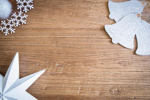 Kopieer de ruimte op een houten bord met kerstmotieven