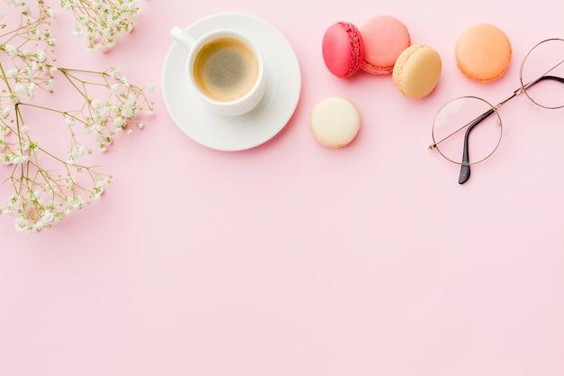 Kopieer de ruimte roze achtergrond met koffie en snoep
