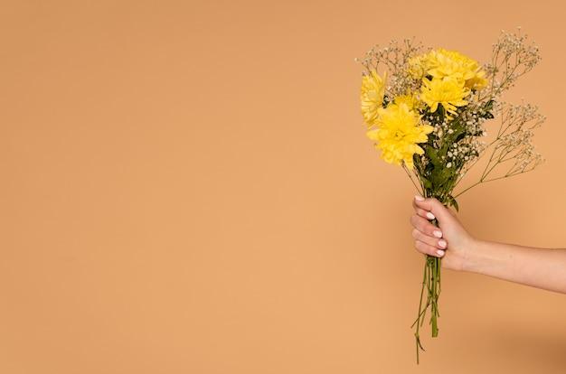 Kopieer de ruimte vrouw hand met bloemen