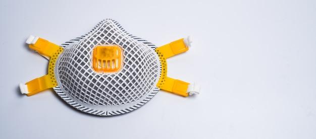 Kopieer de ruimte wit medisch geïsoleerd masker. gezichtsmaskerbescherming tegen vervuiling, virussen, griep en coronavirus. gezondheidszorg en chirurgisch concept.