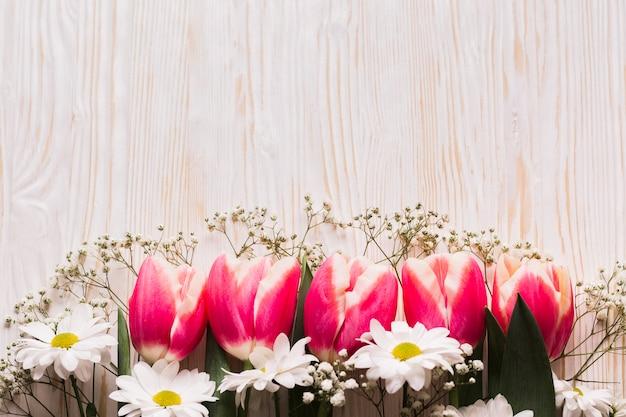 Kopieer-ruimte bloemen op tafel