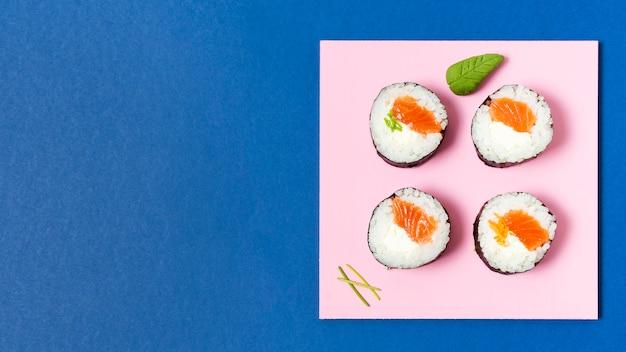 Kopieer ruimte bord met sushi broodjes