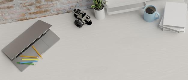Kopieer ruimte decor met laptop camera kleurpotloden en spullen op wit bureau met bakstenen muur